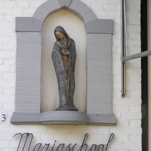 17. Mariabeeld aan school aan de Beuningerstraat in Beuningen