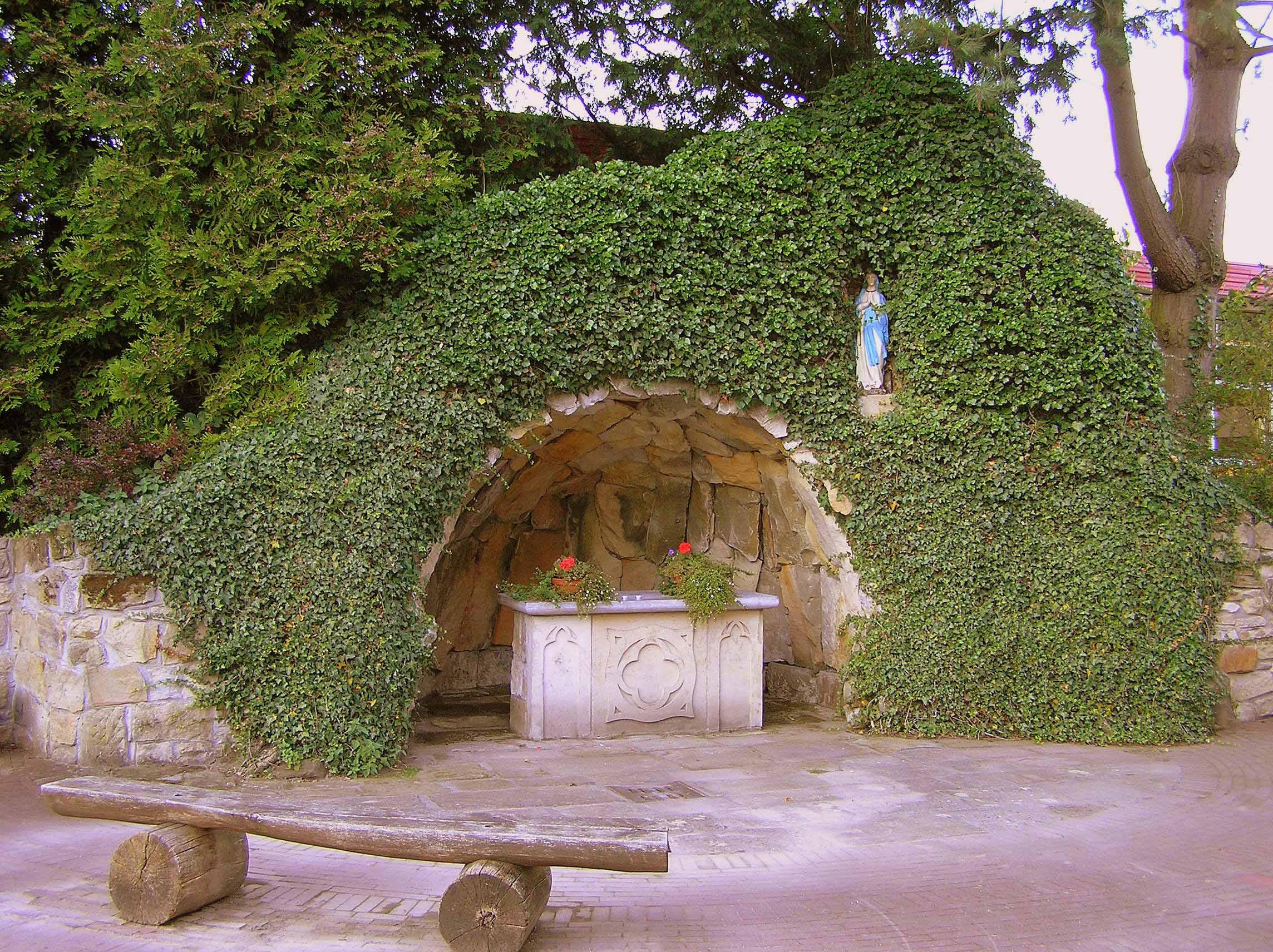 41. Lourdesgrot bij kerkhof aan de Plechelmusstraat in De Lutte