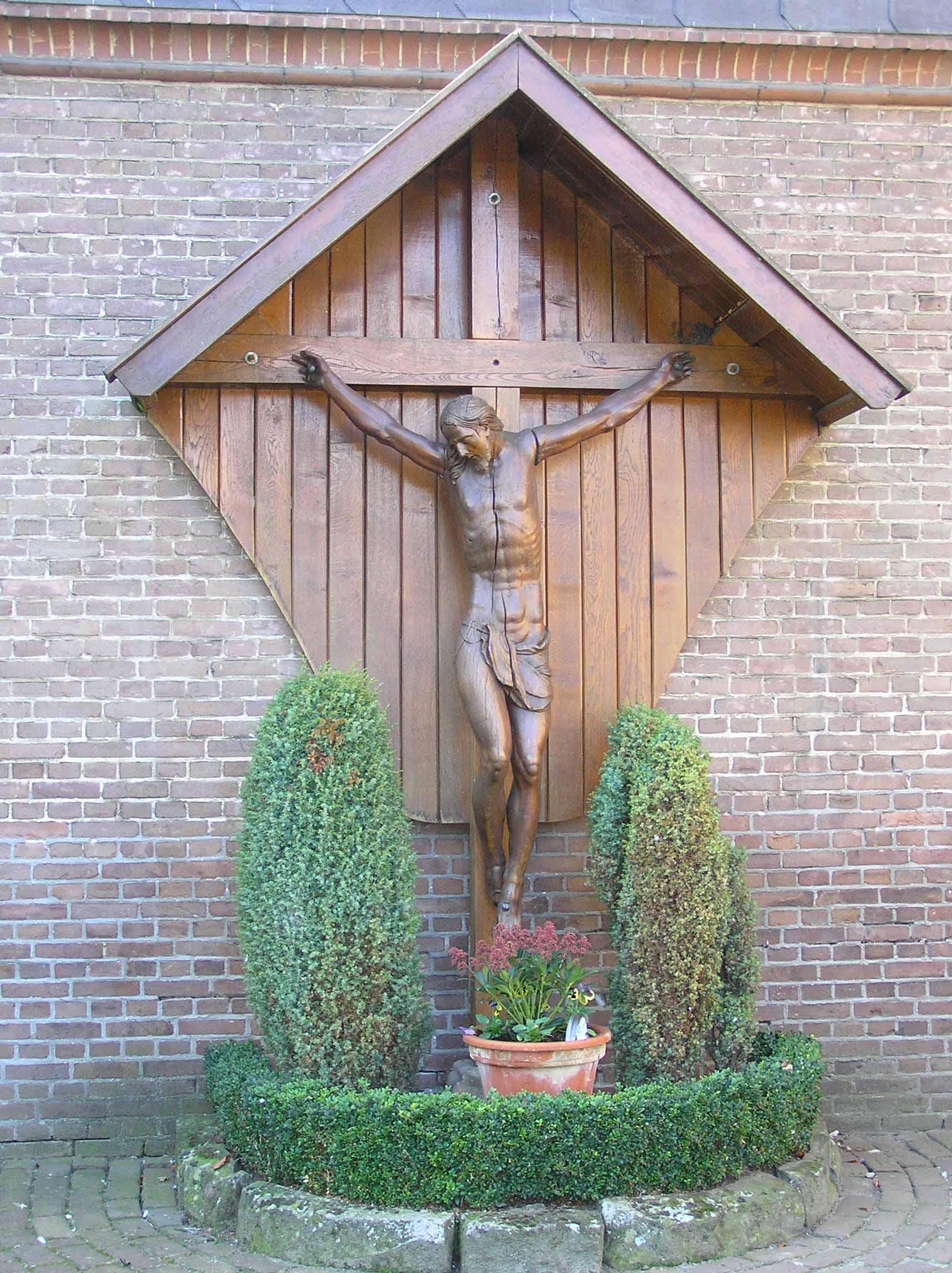 46. Kruisbeeld aan kerk aan de Gronausestraat in Losser