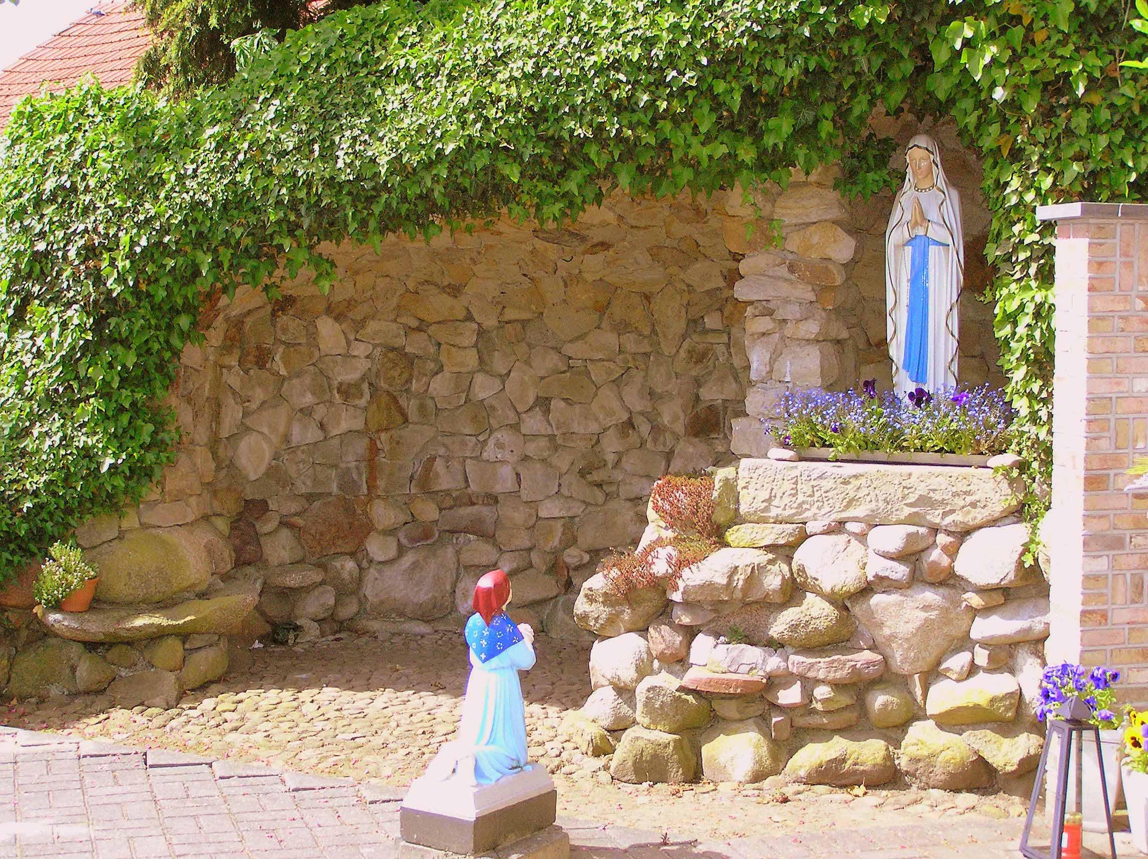 80. Lourdesgrot op kerkhof aan de Denekamperweg in Vasse