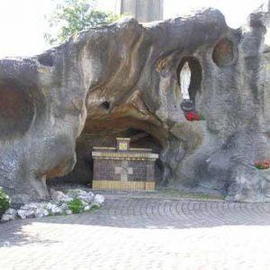 90. Lourdesgrot bij kerk aan het Oosteinde in Vriezenveen